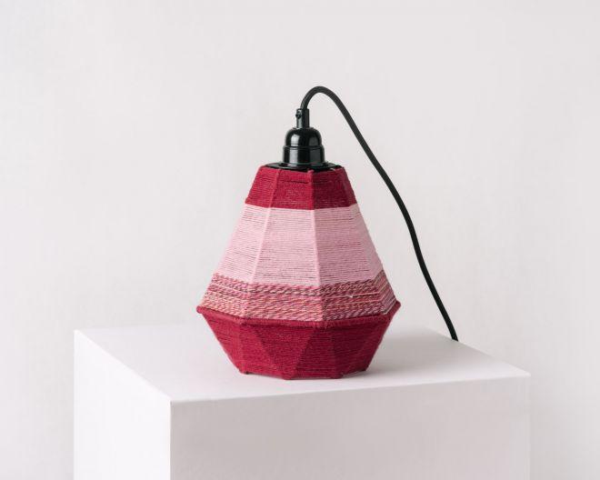 Fotografia produktowa przedstawiająca bordową lampę