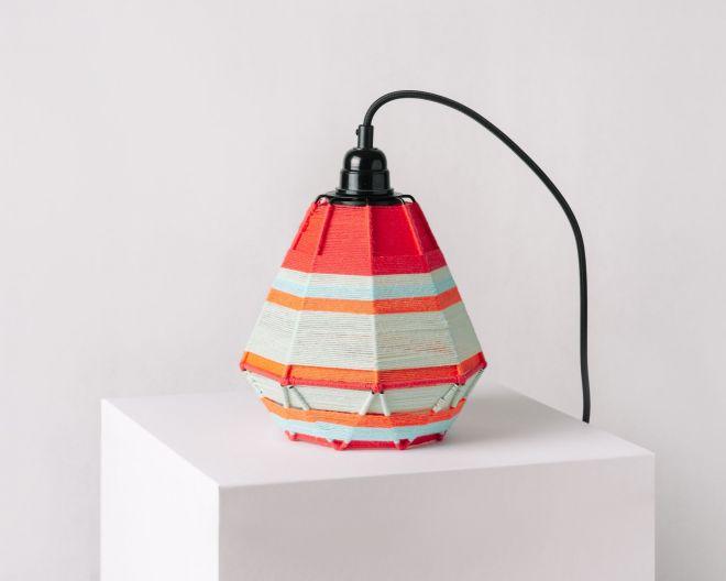 Fotografia produktowa do sklepu internetowego - kolorowa lampa