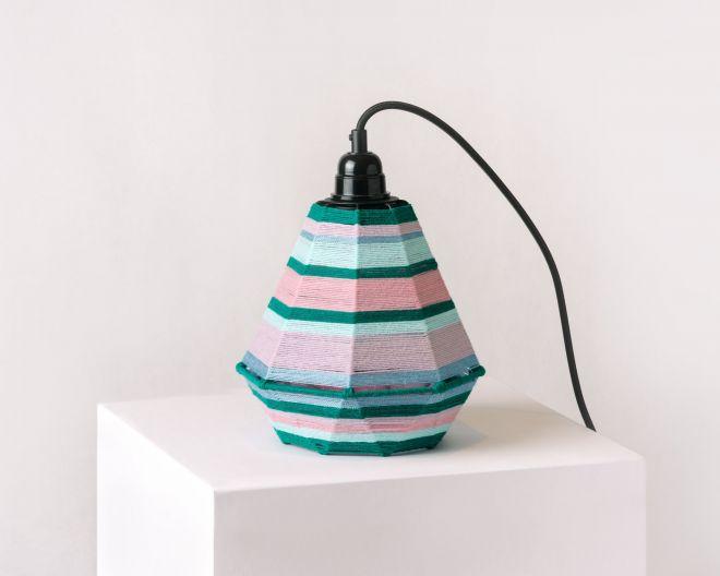 Fotografia produktowa przedstawiająca kolorową lampę